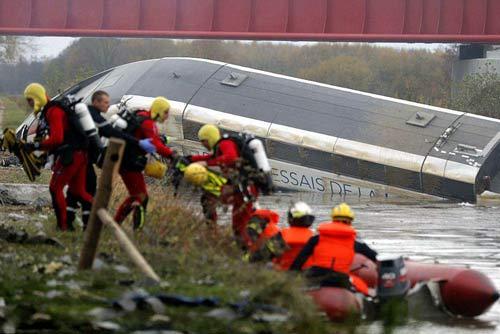 مرگ 10 نفر دیگر در حادثه خروج قطار پاریس + عکس