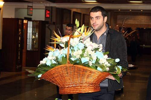 عذرخواهی علی ضیا از مظلومی با دسته گل آبی + تصاویر
