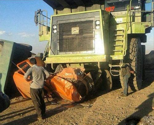 له شدن کامیون در تصادف با ماشین غول پیکر در ایران + عکس