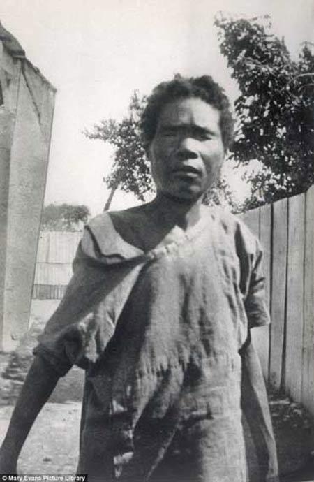 زنی که یک زامبی واقعی است + عکس