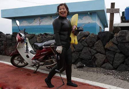 وقتی این خانمها با لباس غواصی به آب میزنند + عکس