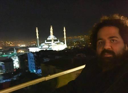 تیپ عجیب رضا صادقی در ترکیه + عکس