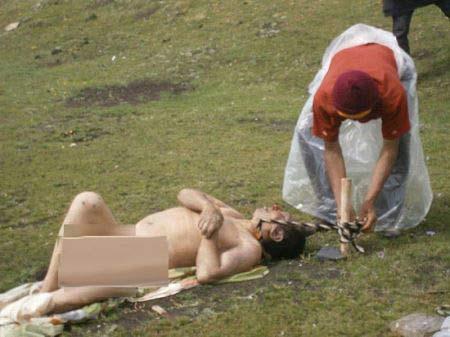 این قبیله اجساد مردگان را به لاشخورها میدهند + عکس 18+