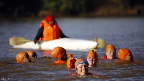 شنا کردن خانم سفیر پس از باخت در شرط بندی + عکس