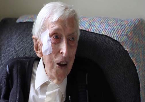 پیرمرد 109 ساله ای که برای پنگوئن های بیمار لباس بافت + عکس