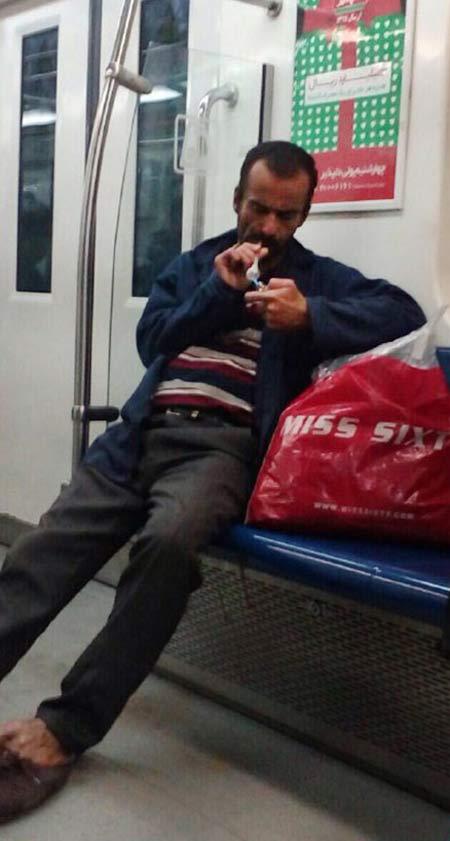 شاهد عینی شیشه کشیدن علنی در متروی تهران