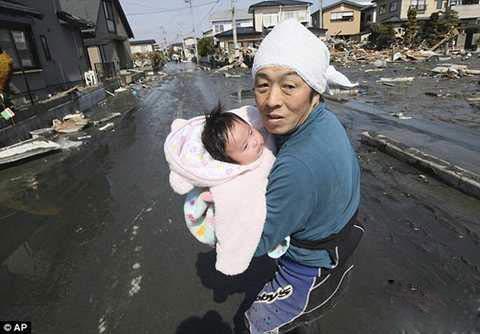 نوزادی که بعد از سه روز از زیر آوار زنده بیرون آمد   عکس