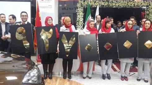 ژست دختران ایرانی برای اعلام قیمت خودروی چینی + عکس