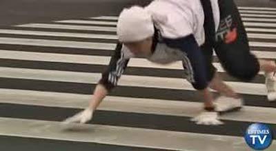 راه رفتن عجیب مرد ژاپنی به تقلید از میمون   عکس