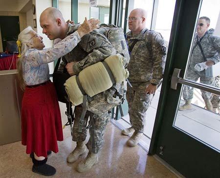 کار جالب سربازان آمریکایی برای بانوی آغوش + عکس