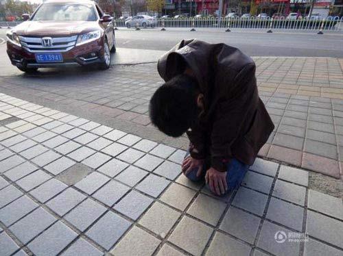 التماسهای عجیب این مرد از نامزدش در ملاء عام+ عکس