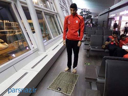 نماز خواندن فوتبالیست تیم ملی در فرودگاه سئول + عکس