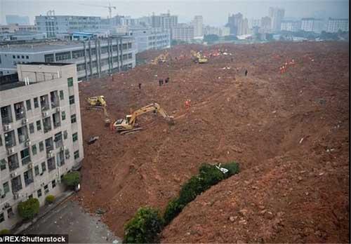 رانش زمین یک شهرک صنعتی را بلعید + عکس