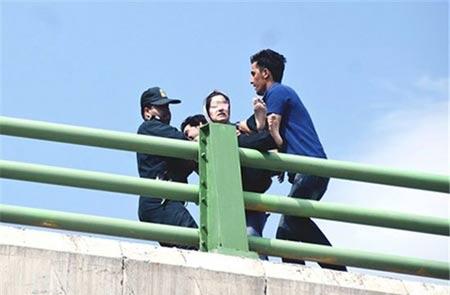ماجرای نصب پرچم داعش و خودکشی روی پل کرمانشاه +عکس