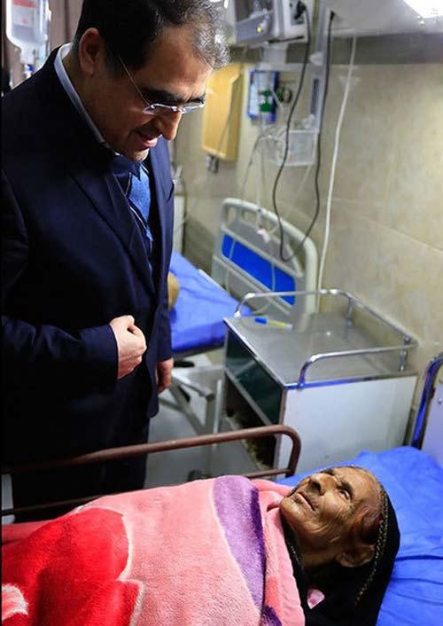عیادت بدون ماسک وزیر بهداشت از مبتلایان به آنفولانزا +عکس