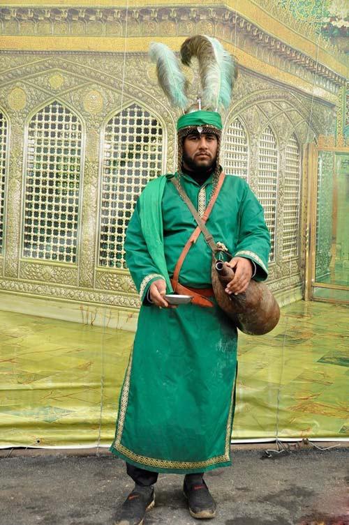 لحظات عاشقانه از خدمت به زائران امام رضا در مشهد +عکس