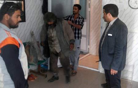 دستگیری و حمام بردن گدای میلیونر در بوشهر + عکس