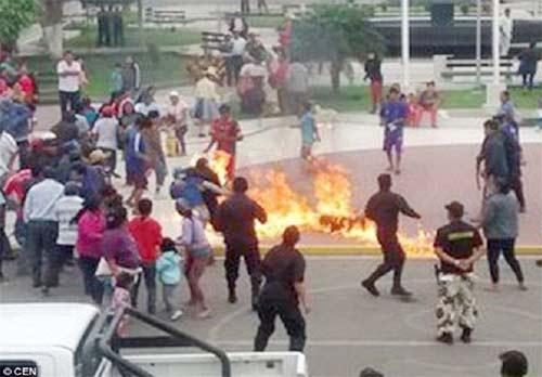 معترضان عصبانی مامور پلیس را به آتش کشیدند +عکس