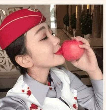 فروش سیبی که لب دختران زیبا آنرا بوسیده است +عکس