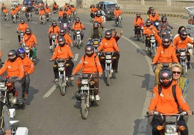 اسکورت زنان موتور سوار در خیابان توسط پلیس +تصاویر