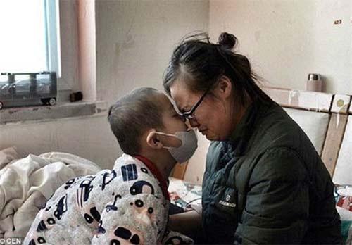 گلفروشی پدری در لباس زنانه برای درمان پسرش +عکس