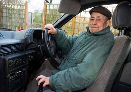 پیرترین راننده دنیا را ببینید +عکس