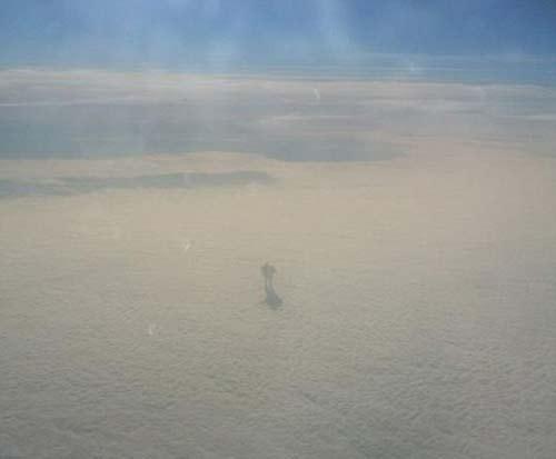 راه رفتن خارق العاده مرد عجیب روی ابرها +عکس