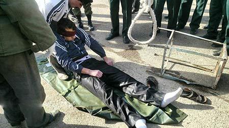 اعدام قاتل 25 ساله پیرزن شبستری در ملاء عام+عکس 18+