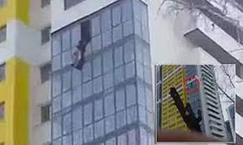 نجات معجزه آسای مرد در حال سقوط از ساختمان +عکس