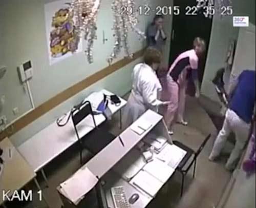 مرگ بیمار در بیمارستان بخاطر مشت و لگد دکتر +فیلم و عکس