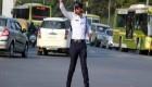 پلیس راهنمایی رانندگی که سر چهار راه ها میرقصد +عکس