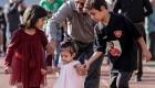 دختر هادی نوروزی در حال عشق بازی با عکس پدرش