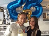 مرد فوتبالیست در کنار خانمش تولدش را جشن گرفت