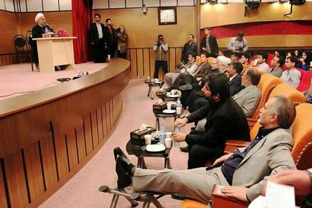 مردی که در جلسه سخنرانی دکتر روحانی پاهایش را دراز کرده است (عکس)