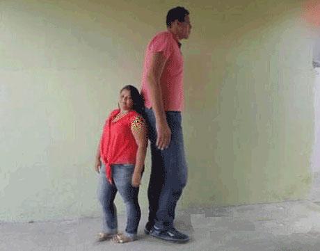 این پسر 2.33 متری عاشق دختر 145 سانتی متری شد