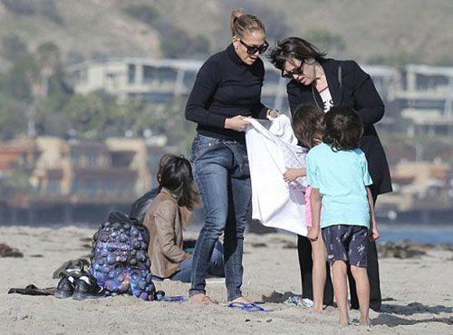 جنیفر لوپز و بچه هایش در کنار ساحل (عکس)
