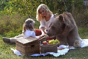 تفریح با آرامش مادر و دختر با یک خرس غول پیکر