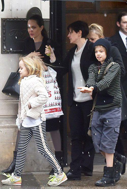 آنجلینا جولی به همراه فرزندانش در خیابانهای برفی لندن