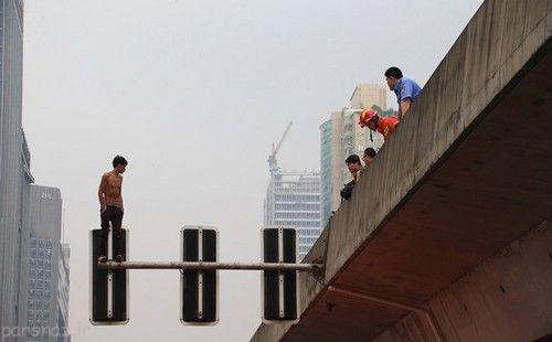 خودکشی پسر جوان چینی از روی چراغ راهنما