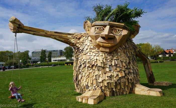 تصاویری از ساخت مجسمه چوبی از وسایل بازیافتی