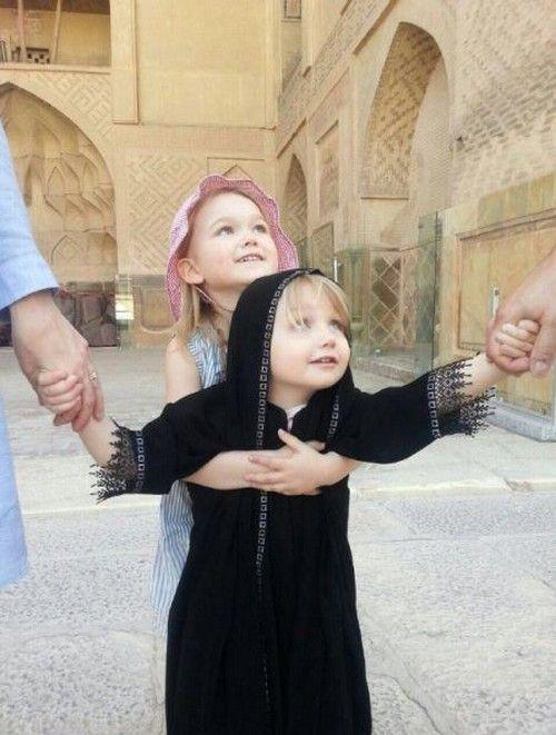 تصویر دختر سویسی با چادر در شهر اصفهان