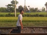 این مرد برای شهرت خود را زیر قطار برد +عکس