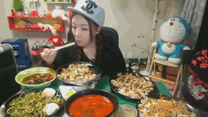 این خانم با غذا خوردن جلوی وب کم پول می گیرد