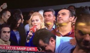 اعلام خبر کودتا توسط مجری زن زیبا جنجال به پا کرد