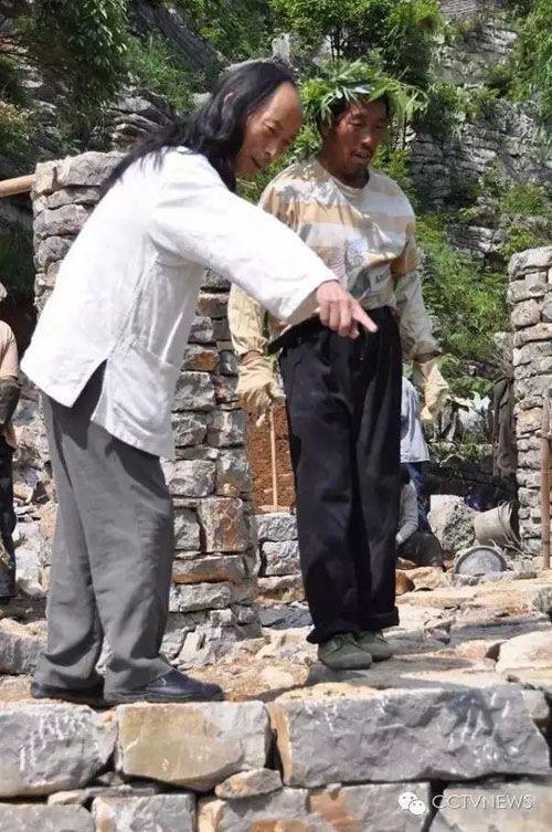 این مرد در عرض 20 سال یک دهکده ساخت