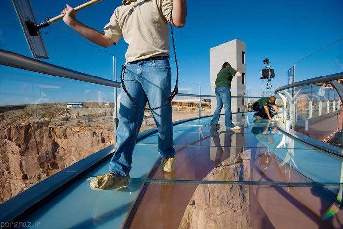 هیجان قدم زدن روی پل شیشه ای در ارتفاع 1200 متری