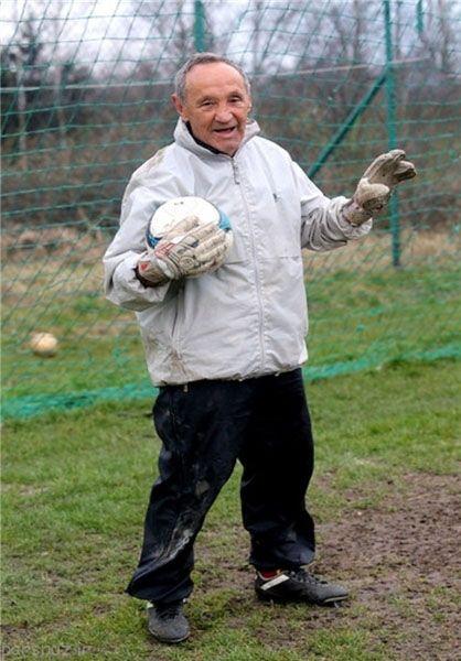این پیرمرد مسن ترین فوتبالیست دنیا است
