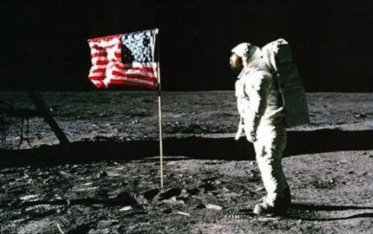 نیل آرمسترانگ اولین کسی که پا به ماه گذاشت