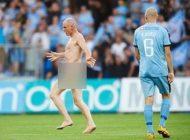 این فوتبالیست در هنگام بازی کاملا برهنه شد