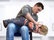 وقتی جسم خارجی در گلوی کودک گیر می کند
